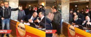 """Taranto, ambientalisti contestano deputati M5s: """"Ci avete preso in giro tutti. Traditori, vergogna! Siete morti"""""""