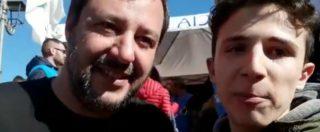 """Si finge fan di Salvini per chiedergli un selfie, ma poi lo sfotte: """"Più accoglienza e più…"""". E il video del ragazzo sardo diventa virale"""