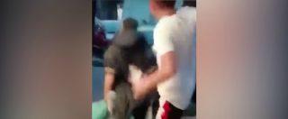 """Napoli, clochard colpito alle spalle con un calcio. Spunta il video: """"È accaduto a Soccavo"""""""