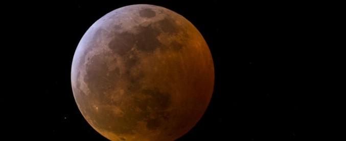 Superluna, tutti col naso all'insù: il fenomeno visibile nei cieli italiani. È la più grande e luminosa del 2019