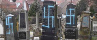 Francia, profanato cimitero ebraico in Alsazia: svastiche sulle lapidi. In migliaia in marcia a Parigi contro l'antisemitismo