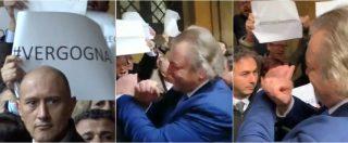 """Diciotti, Giarrusso (M5s) mima le manette rivolto ai senatori Pd. Scoppia la bagarre: """"Buffone, vergogna"""""""
