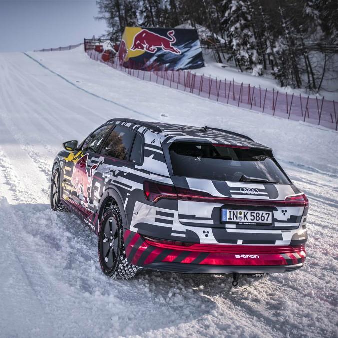 Audi E-Tron conquista la mitica pista austriaca Streif – FOTO e VIDEO