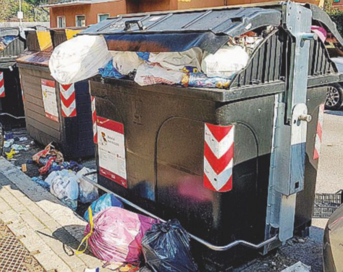 """La filiera del riciclaggio rifiuti dei dipendenti """"infedeli"""" Ama: mazzette, sabotaggi e roghi"""