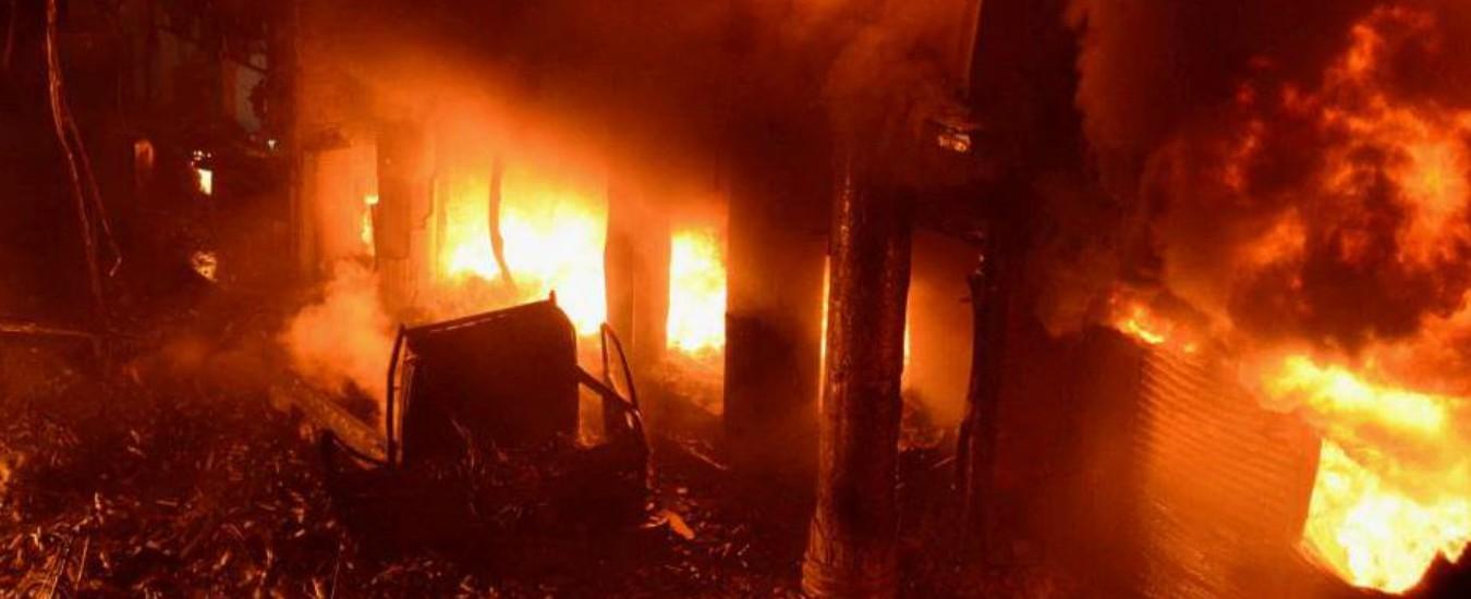 """Bangladesh, incendio in alcuni palazzi a Dacca: almeno 80 morti. """"Negli edifici c'era un deposito di sostanze chimiche"""""""
