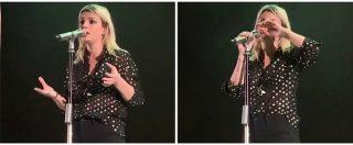 """Emma Marrone risponde dal palco agli insulti: """"Non sarò mai come voi"""". Poi si commuove: """"I miei genitori li hanno letti…"""""""