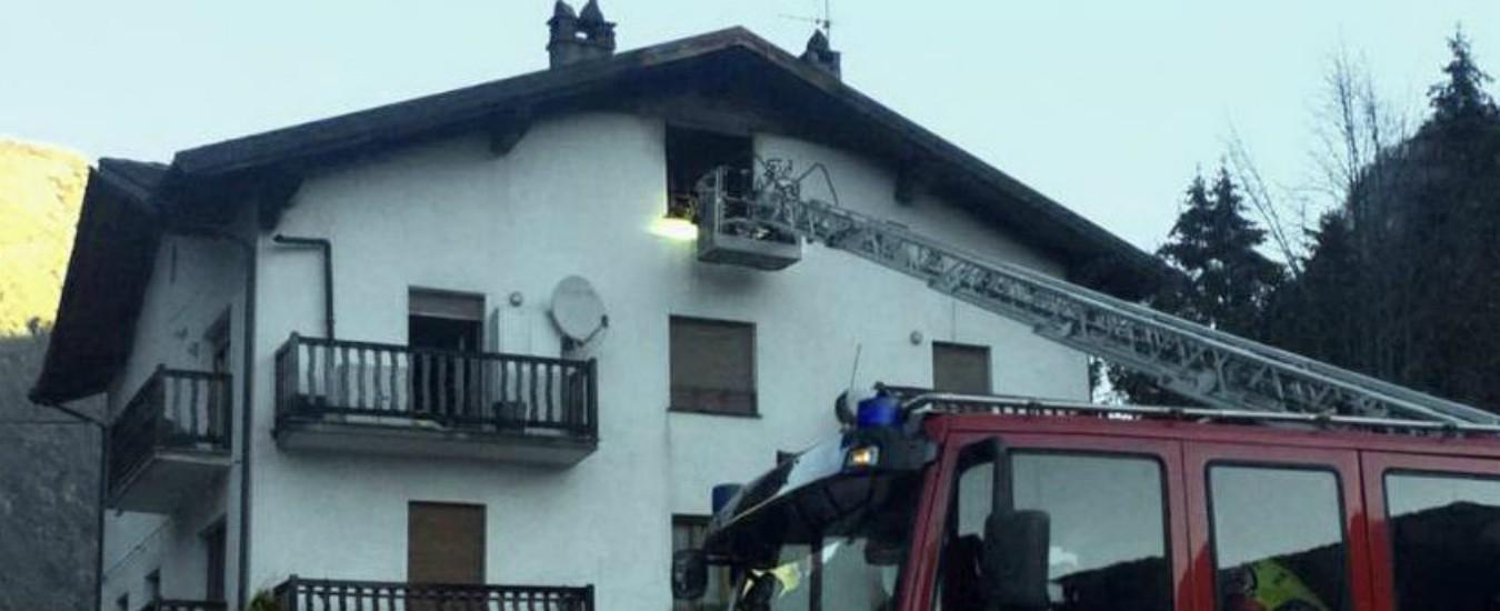 Aosta, rogo in una mansarda: tre ragazzi liguri si lanciano dal terzo piano, una 21enne è gravissima