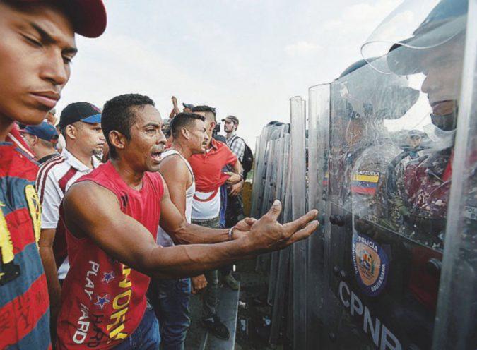 Cortei e lacrimogeni: passano i primi aiuti