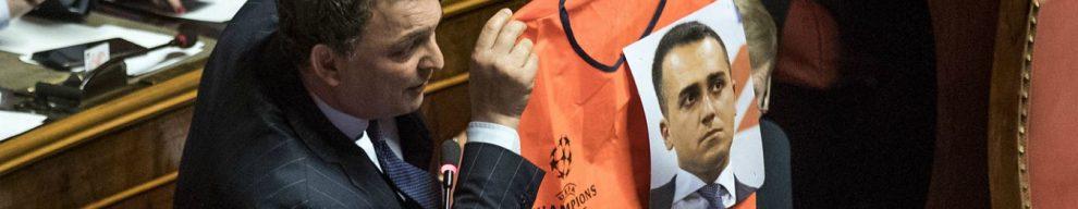 """Decretone, il senatore Fi mostra gilet da steward con la foto di Di Maio. Il vicepremier M5s: """"Io almeno ho lavorato"""""""