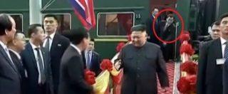 Kim Jong-un scende dal treno ma il protocollo di sicurezza salta: il panico della guardia del corpo che reagisce così