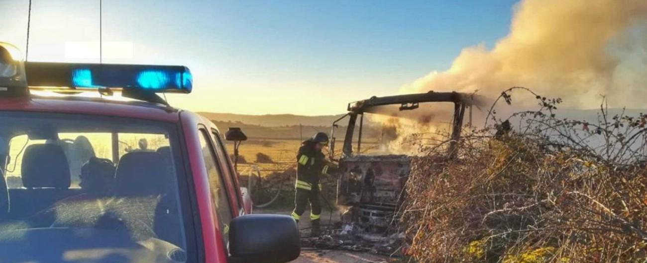 Sardegna, protesta per il prezzo del latte: uomini armati assaltano e danno fuoco a una cisterna nel Sassarese