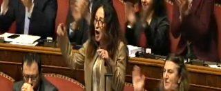 Decretone, bagarre in Aula durante l'intervento di Taverna: urla e cori dal Pd. E la senatrice cita Madre Teresa di Calcutta