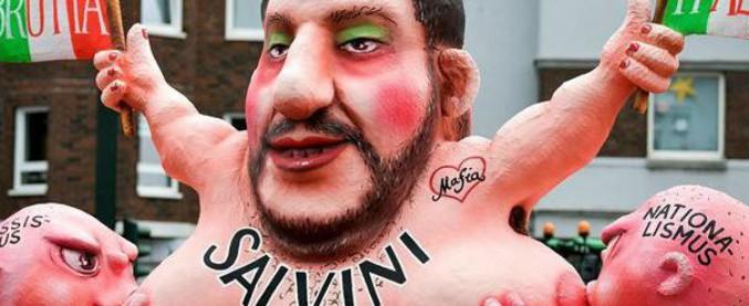 """Germania, Salvini spunta tra i carri del carnevale di Düsseldorf: allatta razzismo e nazionalismo con la scritta """"Brutta Italia"""""""