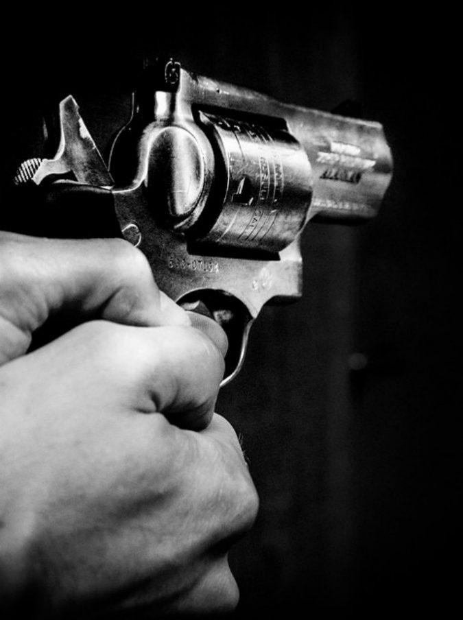 Si sistema la pistola nella cintura e si spara nei genitali