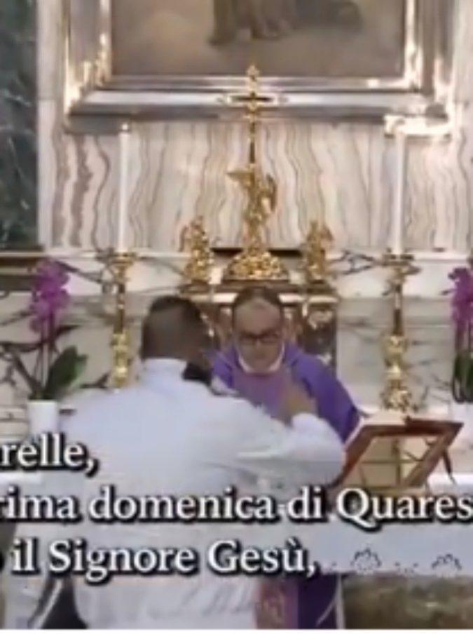 """""""Scusi padre, sono Dio sceso in Terra"""": un uomo sale sull'altare e interrompe la messa in diretta tv su Rete 4, interviene la polizia"""
