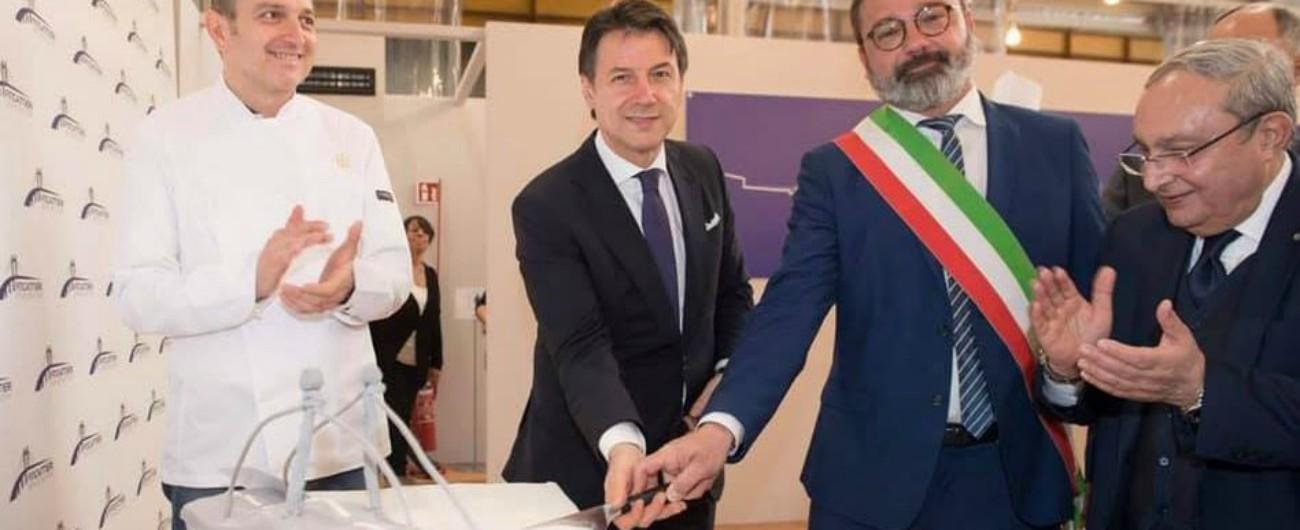 """Morandi, Conte taglia torta a forma di ponte a inaugurazione dello stabilimento Fincantieri. """"Era solo logo della società"""""""