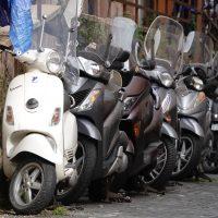 Scooter per le piccole strade di Trastevere