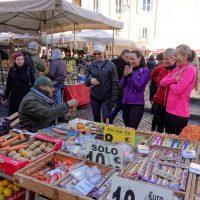 Campo de' Fiori con turiste divertite dal venditore