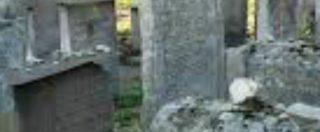 Torino, lui la lascia: lei per vendicarsi va al cimitero e urina sulla tomba della suocera
