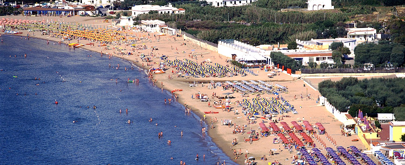 Puglia, stop alla plastica nelle spiagge dalla prossima estate: primo caso in Italia