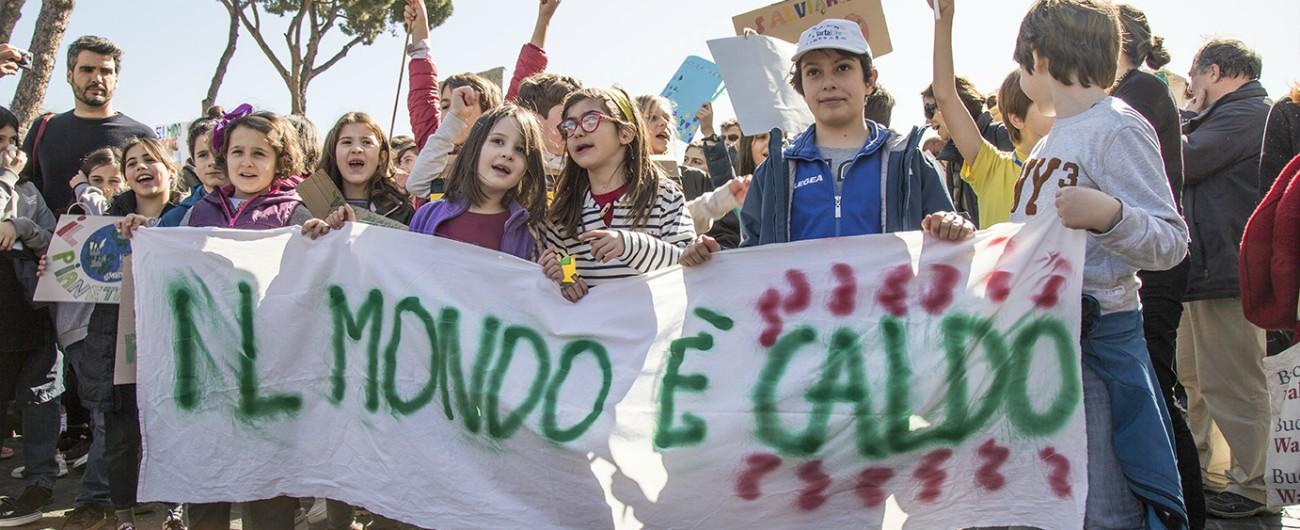 """Global Strike for Future, lo sciopero per il clima visto dai bambini in piazza a Roma: """"Ho paura che la terra muore o si secca"""""""
