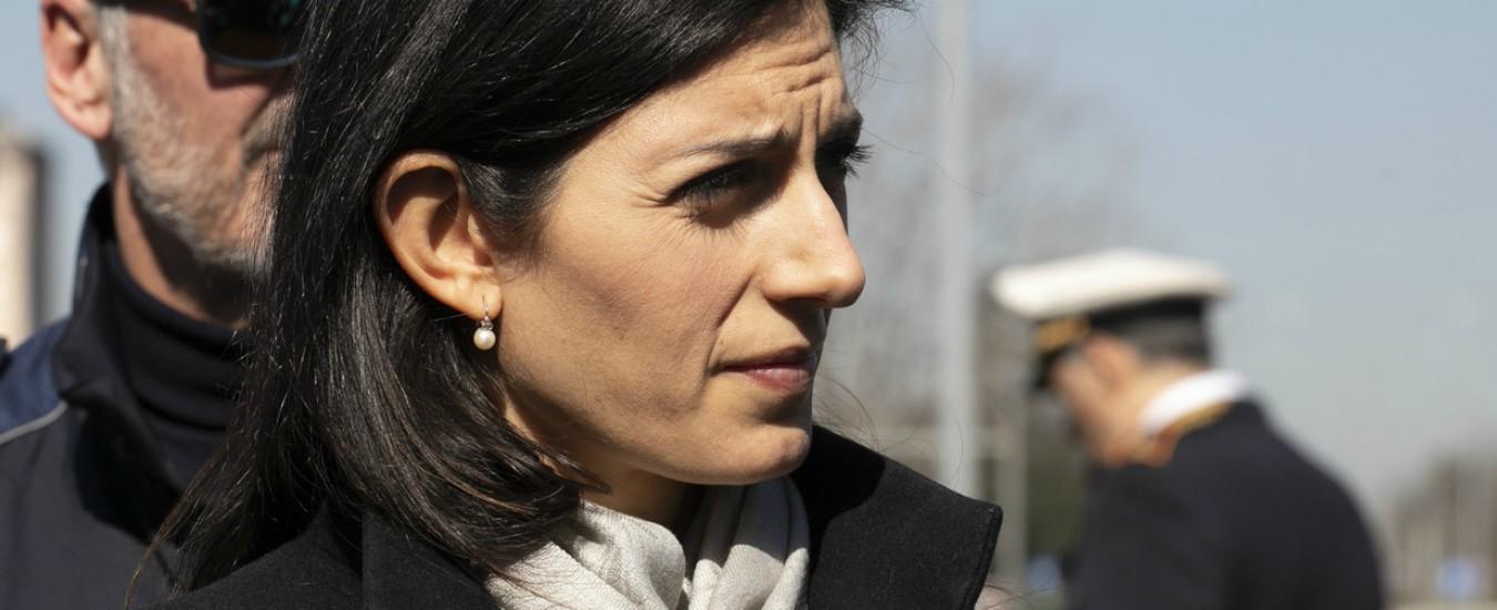 Debito Roma, Raggi e Castelli annunciano l'addio a gestione commissariale. Ma i 12 miliardi di buco restano e paga lo Stato