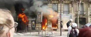 Gilet gialli, a Parigi un palazzo viene dato alle fiamme: urla degli inquilini dai balconi. Le immagini