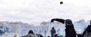 Gilet gialli, i violenti assaltano Parigi. Nlackbloc in azione. Colpiti negozi e polizia, a fuoco un palazzo del centro