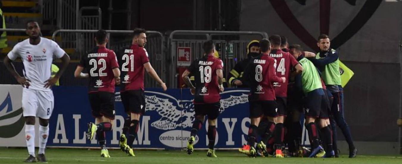 """Cagliari, tragedia allo stadio: tifoso muore per attacco cardiaco. Le urla dalla curva della Fiorentina: """"Devi morire"""""""