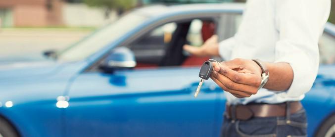 Benzina, diesel, ibrida o elettrica? Metà degli italiani non sa quale auto scegliere