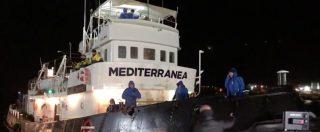 """Mare Jonio, la nave con 48 migranti a bordo attracca a Lampedusa. Loro urlano: """"Liberté, liberté"""""""