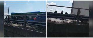 Milano, autista sperona le auto e dà fuoco al bus: le immagini dei bambini in fuga e il salvataggio dei carabinieri