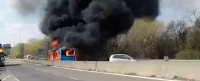 """Bus in fiamme a Milano, """"Ci ha legati e diceva: 'Se vi muovete, verso la benzina e do fuoco'"""". I racconti dei ragazzi a bordo"""