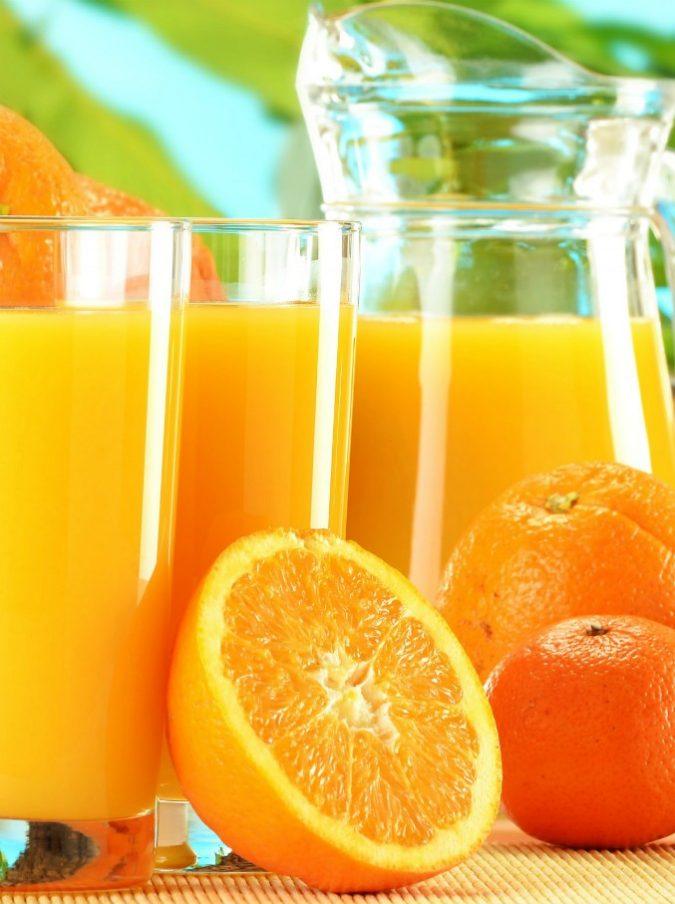 """Donna si inietta succo di frutta in vena """"per avere più vitamine"""": ricoverata in terapia intensiva"""