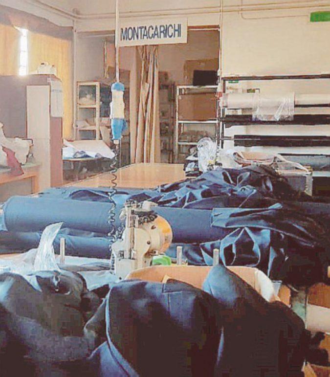 I vigili urbani nella sartoria cinese clandestina: cuciva le loro divise