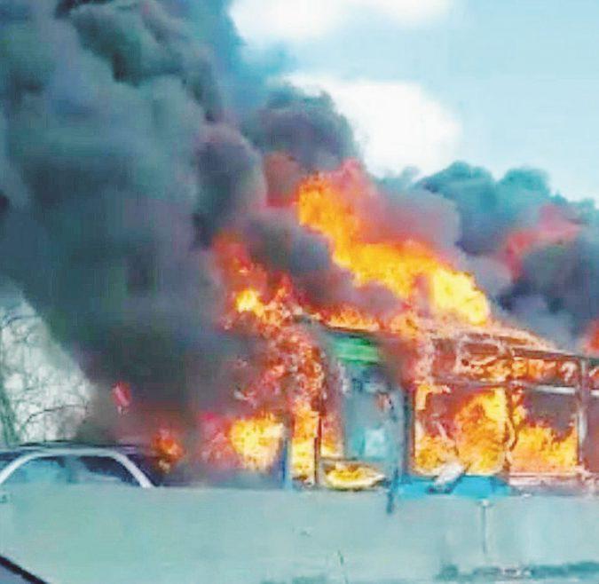 """""""Ora basta stragi in mare"""". E brucia il bus dei bambini"""