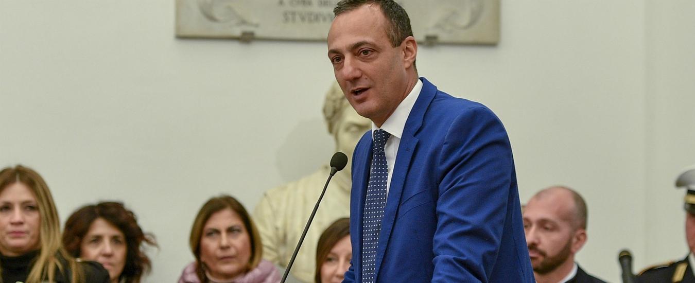 """Roma, De Vito è in carcere da 3 mesi ma non si dimette da presidente. M5s non vota la revoca: """"Se torna ci fa causa"""""""