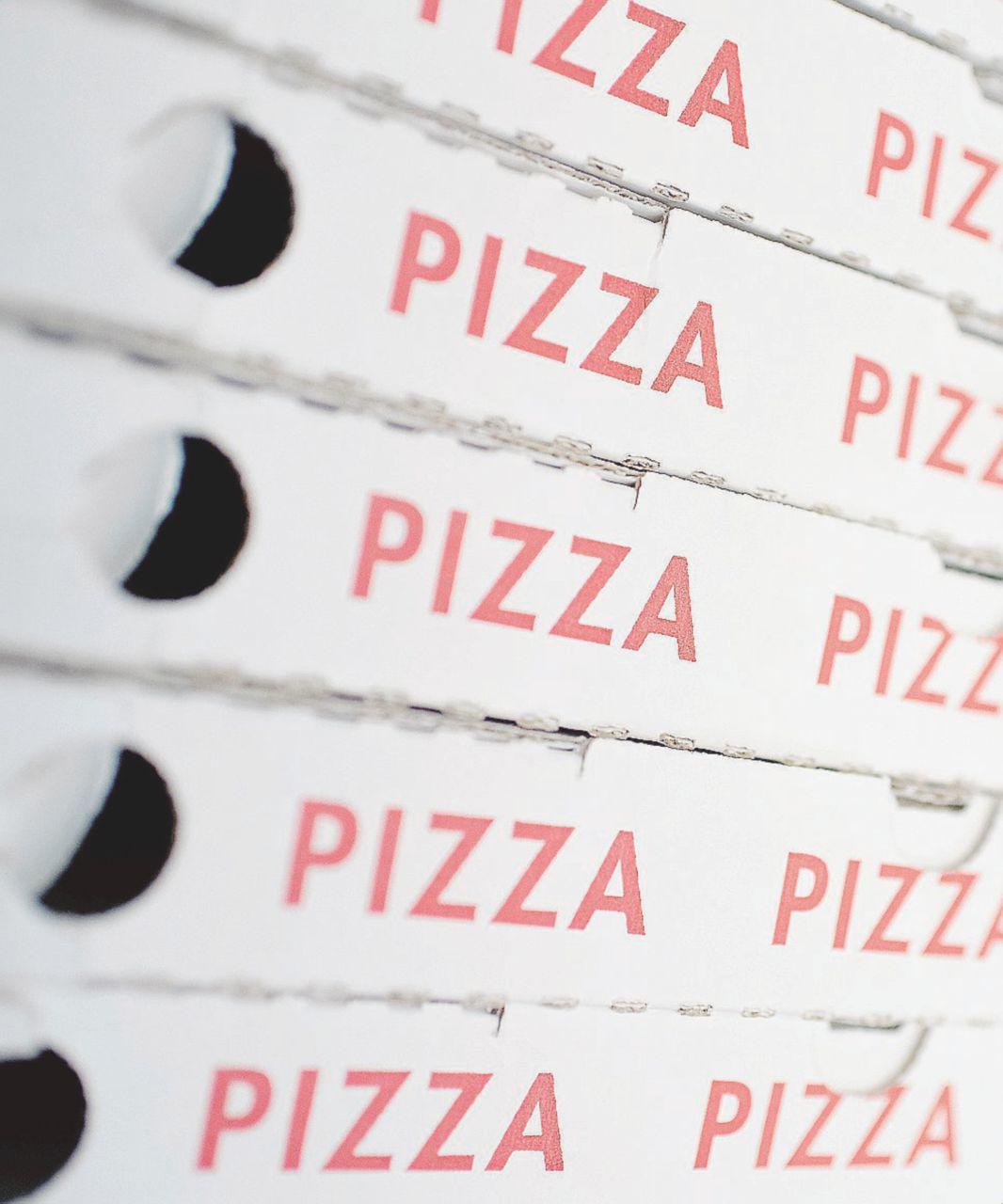 Pizza, la sorpresa tossica nascosta dentro il cartone