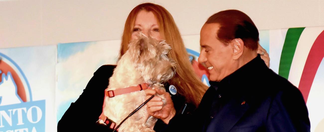 """Silvio Berlusconi annuncia: """"Farò un codice dei diritti degli animali, i miei 11 cani dormono tutti con me"""""""
