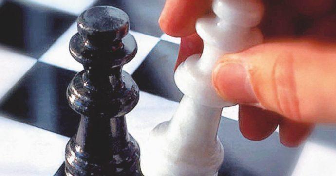 """""""Il bianco attacca il nero"""" . """"Contenuti razzisti"""", così YouTube sospende il canale di uno scacchista"""