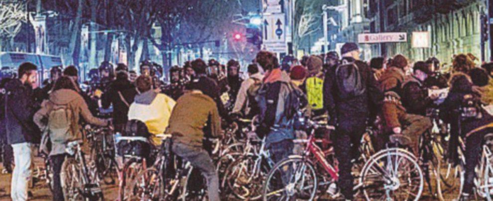 """Dopo l'intervento della polizia la """"critical mass"""" finisce a botte Denunciati quattro ciclisti"""