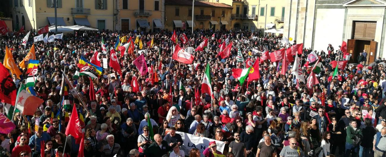 Prato, un centinaio di persone al presidio di Forza Nuova: insulti a Gad Lerner. Alla contromanifestazione ne arrivano 3mila