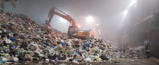 """Roma, rogo a impianto smaltimento rifiuti di Rocca Cencia. Amministratore Ama: """"Inverosimile autocombustione"""""""