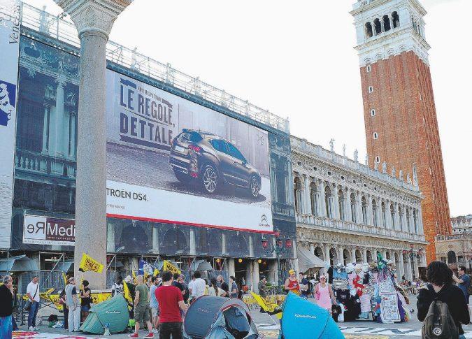 Venezia diventa réclame: chiese tappezzate di spot