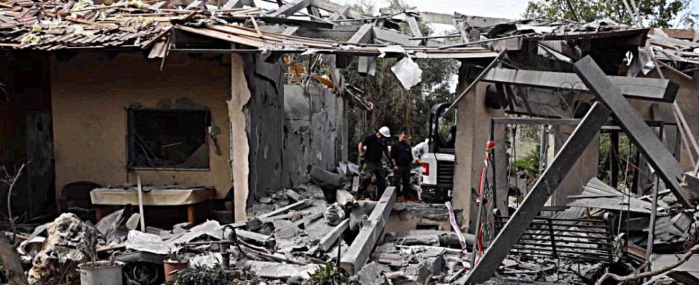 Israele, razzo palestinese su una casa a nord di Tel Aviv. Sette persone ferite. Netanyahu accorcia viaggio negli Usa