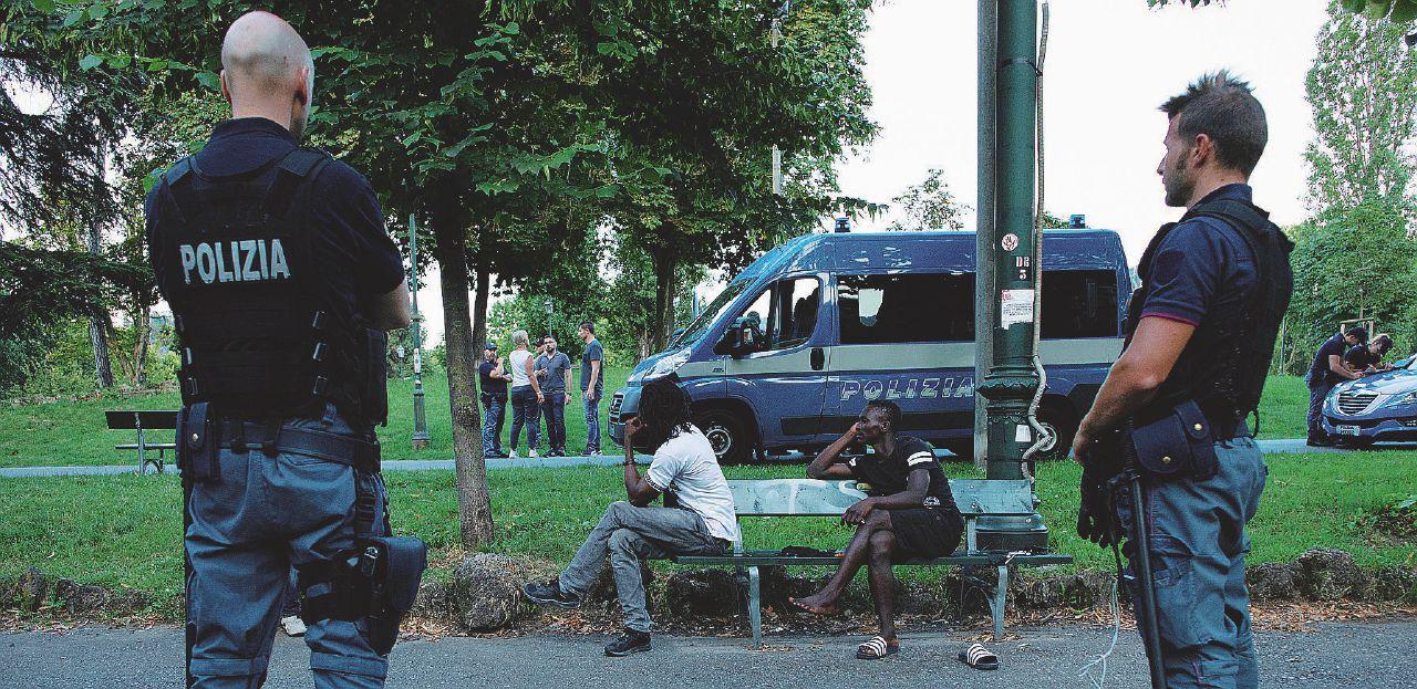 Violenta 18enne nel parco: doveva essere espulso, non lo hanno trovato