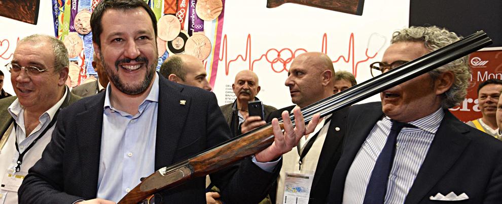 """Lega, incardinato il ddl per semplificare l'acquisto di armi """"per difesa personale"""". Di Maio: """"M5s non la voterà"""""""