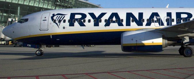 """Boeing 737, fumo da turbina durante volo Ryanair da Napoli a Treviso: atterraggio senza difficoltà. """"Una perdita d'olio"""""""