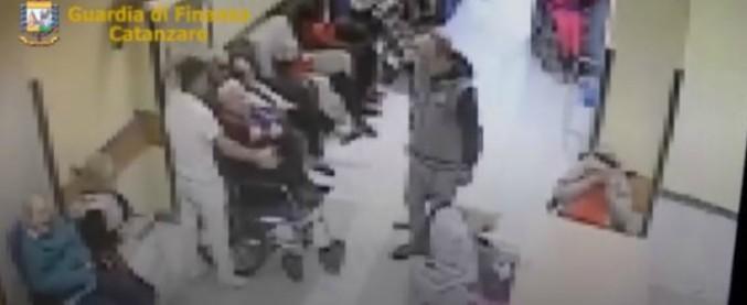 Catanzaro, maltrattamenti e violenza su anziani: 2 arresti e 3 divieti di dimora per i dipendenti di una casa di cura