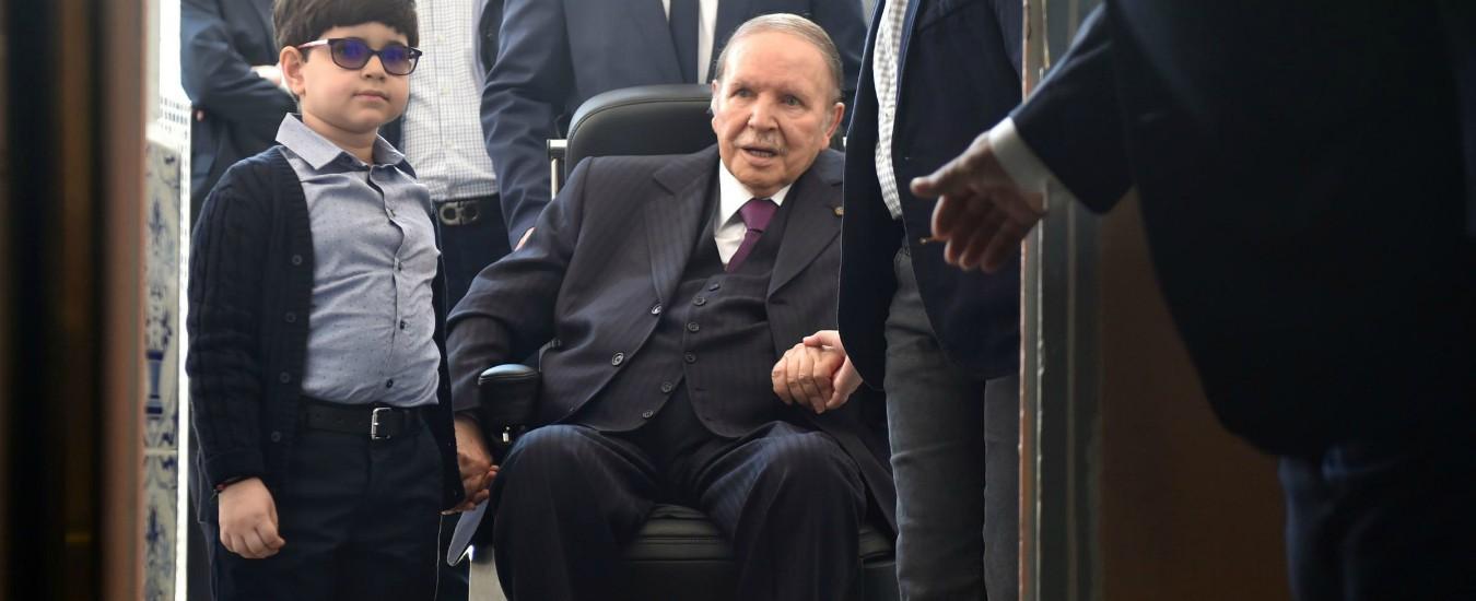 Algeria, Bouteflika annuncia le dimissioni da capo dello stato entro fine aprile. Ma rimane ministro della Difesa